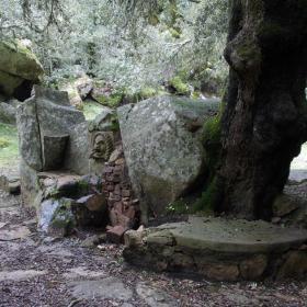 antica fontana lungo il sentiero dell'Ortobene