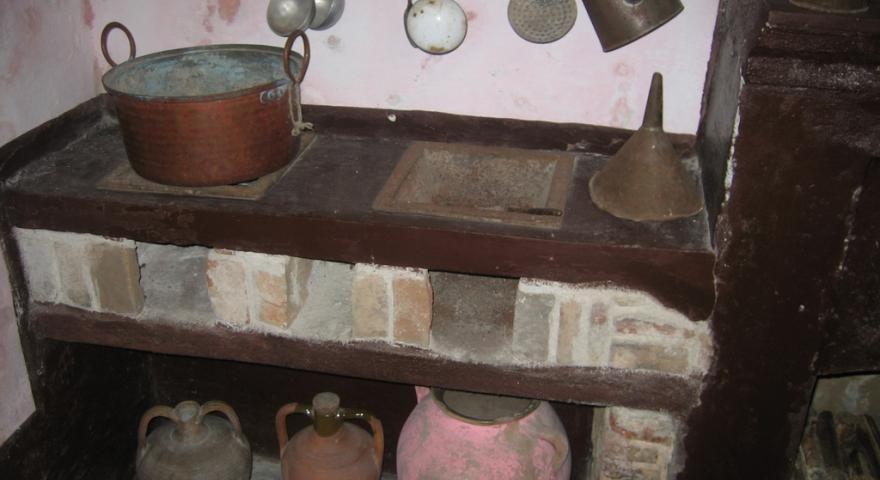 Sadali, Casa Museo Sa Omu'e zia Cramella: antichi fornelli con utensili
