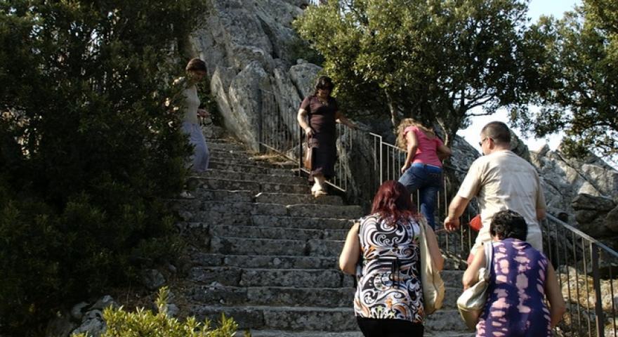 La scalinata che porta alla statua in bronzo del Redentore