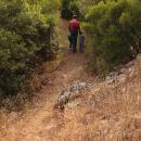 Bimbi lungo il sentiero con un adulto a fianco
