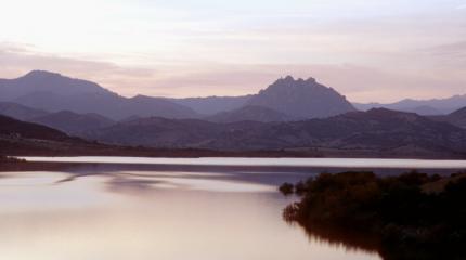 Lago di Posada, e sullo sfondo il Monte Tepilora
